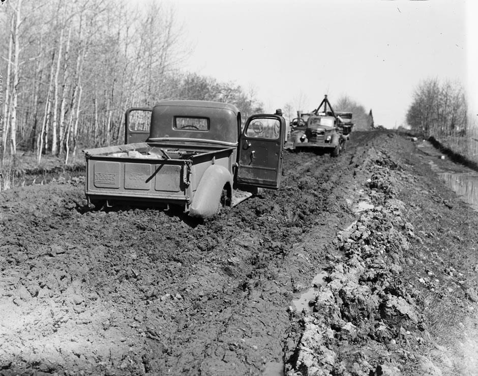 Lastvehikler i mudder